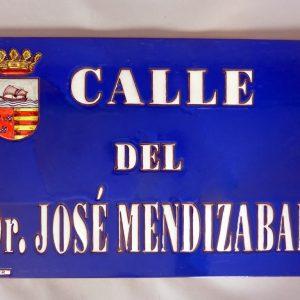 Placa de Calle Azul con Letra Blanca y Escudo